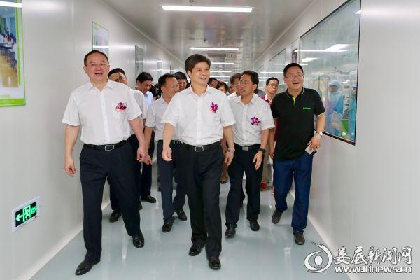 投产仪式后,李荐国、杨懿文一行还参观了电将军现代化的生产线。