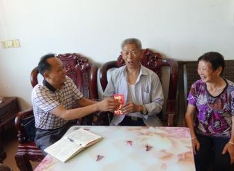 龙虎和市商粮局扶贫事情队走访慰劳帮扶村贫苦党员和退休干部
