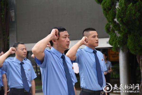 (党委书记王新宇领誓)