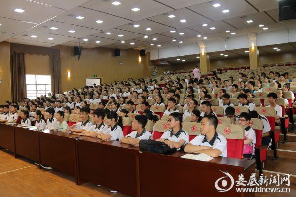 (娄底三中新一届高一300余名优秀学生、教师及家长参加讲座)