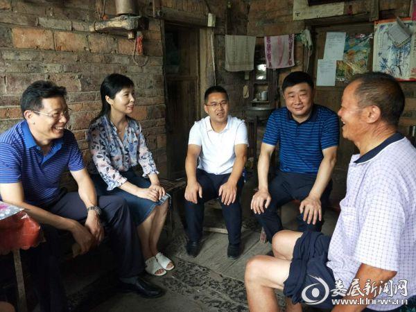 石峰(左一)一行在老党员刘泰兴家走访慰问