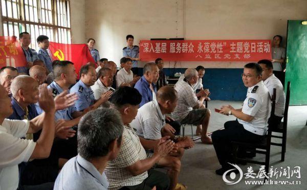 (湖南省赤山监狱干警们与敬老院孤寡老人们一起座谈聊天)