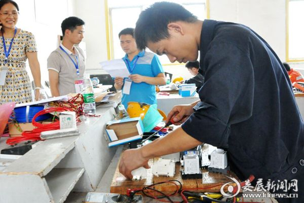 (湖南博长控股集团选手正在电工实操比赛。)DSC_6818