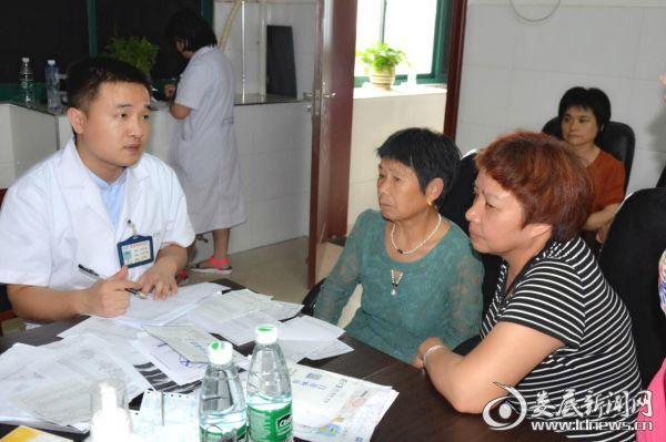 刘承初和刘伏初两姐妹一大早赶到医院检查眼疾