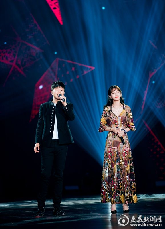 Angelababy与张杰同台合唱