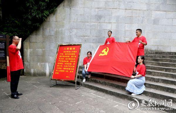 3 党总支书记赵文武带领党员同志庄严宣誓
