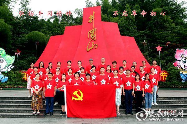 5 党员同志集体合影