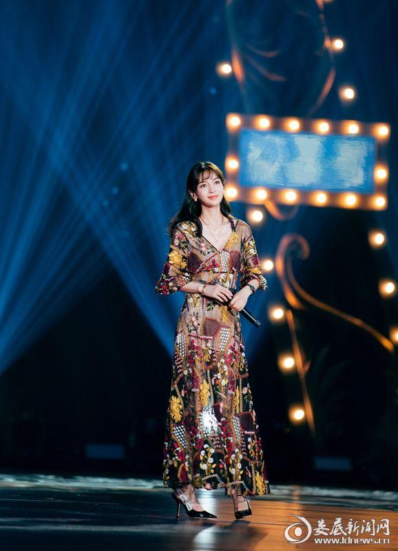 Angelababy穿镂空长裙演唱