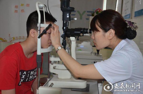 娄底爱尔眼科医院视光中心检验科科长肖媛为成航程详细眼部检查