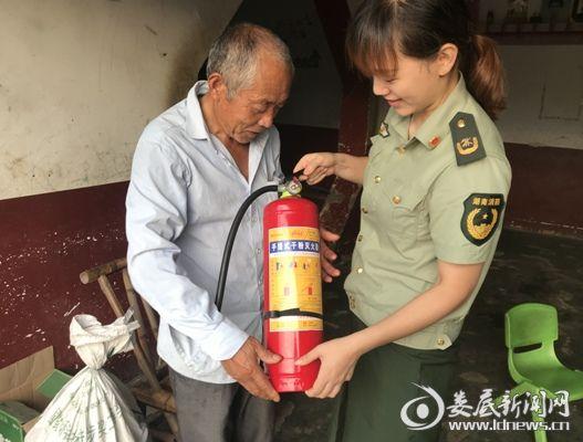 """(消防宣传人员为独居老人送去""""消防大礼包"""")"""