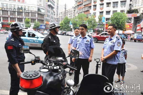 肖海文同志慰问高温下巡逻的巡特警民警