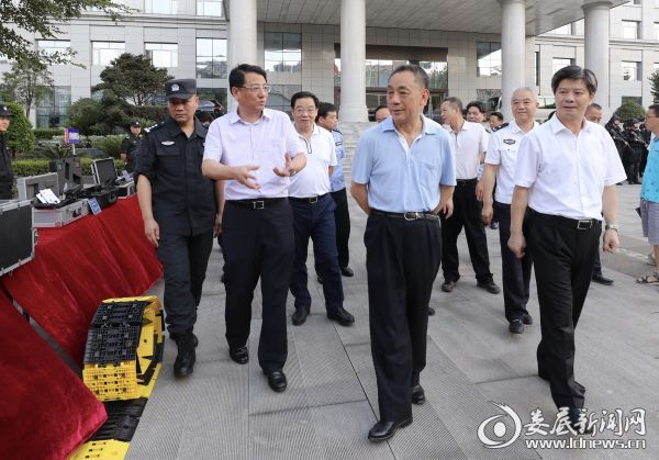 """在市公安局,陈训秋检查了特警装备情况、反恐工作情况以及""""天网工程""""运行情况"""