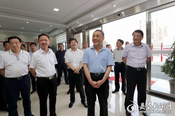 陈训秋一行首先来到清潭社区,详细了解了社区综合治理情况