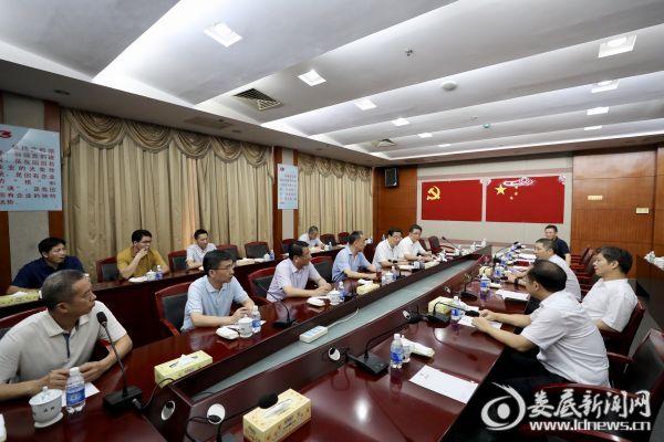 在涟钢,陈训秋与企业负责同志进行了简短座谈