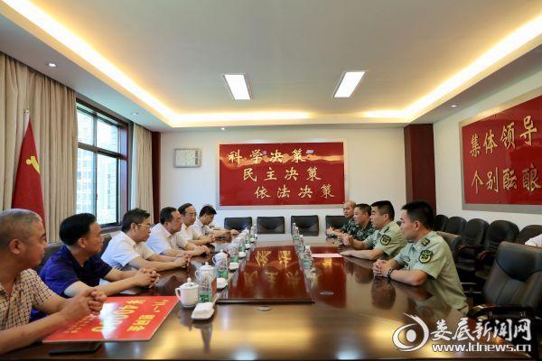 在武警娄底支队,杨懿文与武警官兵座谈