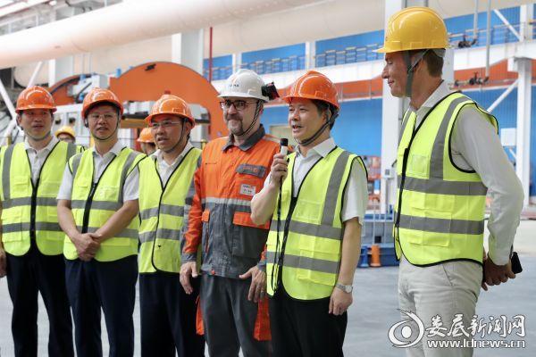 市委书记、市人大常委会主任李荐国宣布落料生产线正式开机