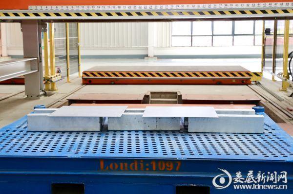华安钢宝利二期第一块钢板正式下线