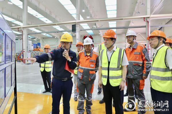 落料线开机前,李荐国先后考察了GONVVAMA娄底公司一期项目和二期项目的生产车间