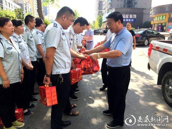 市城管执法局党委副书记、副局长张湘平给支队执法人员送去防暑药品和凉茶