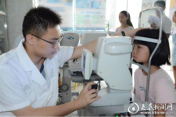 娄底爱尔眼科医院医务人员细致的为孩子检查眼部情况