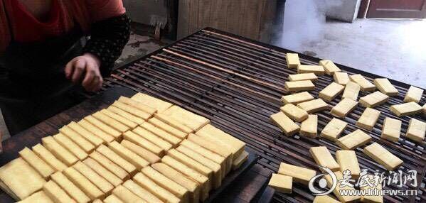 新化县白溪镇白岩村顺意食品厂每天可生产7000块豆干,依靠高速公路运输销售到全省乃至全国