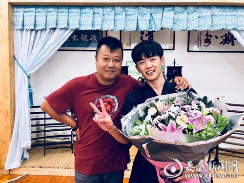 夏志远(右)《最美的安排》杀青