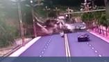 惊险一幕!四川雅安山体垮塌砸向公路