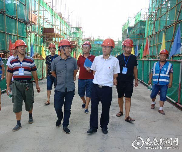 青树坪镇党委书记李国庆在易扶二期安置点检查施工安全1