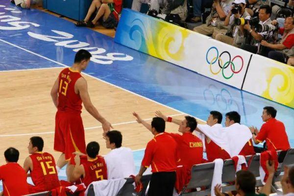 """姚明自08年奥运会后,因伤仅仅打了3年便宣告退役,但他这些年一直活跃在篮球的领域里,为中国篮球发光发热。他入选了名人堂为国争光,他当上了篮协主席,积极推动CBA联赛的改革,还改组了国家队选拔队员的制度,建立红蓝两支国家队,为更多的年轻人提供表现的机会。""""姚基金""""为推广乡村篮球的教育,大姚亲自下乡教孩子们打球。"""