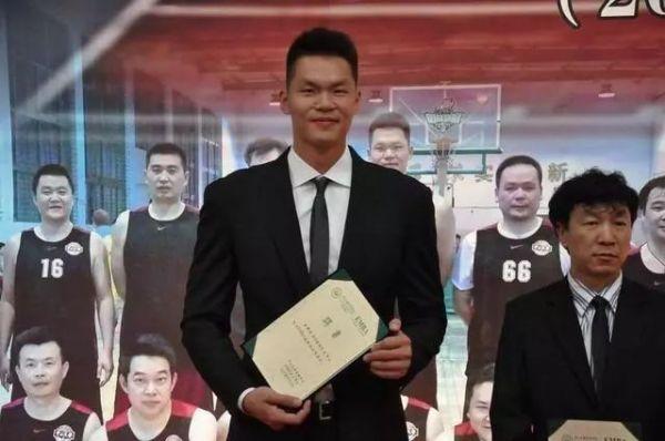 """作为CBA""""一万分先生""""的朱8,职业生涯为广东队奉献出了自己的所有,他多次在季后赛救主,为广东延续辉煌去拼。在2016年退役后,他加入到了广东俱乐部里,现在出任广东东莞银行的总经理。王7在退役后开启了自己的解说生涯,他以运动员的身份加入到解说队伍里,其专业的知识对于广大篮球爱好者来说,丰富和普及了篮球多变的战术和知识。"""
