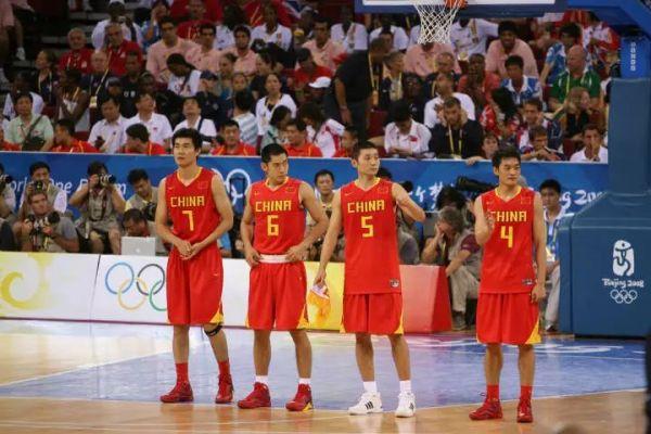 陈江华也在去年9月宣布退役,结束了自己的篮球之旅。而张庆鹏在15年跟随北京队夺冠后,去年夏天转会山东高速,继续其职业生涯。而那批男篮队员中,不引人瞩目的王磊,在今年3月也选择了退役,入职大学当一名篮球教练。