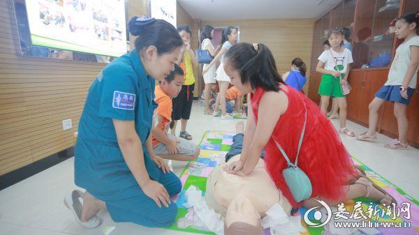8月2日,娄底市中心医院为青少年进行急救科普培训,图为实地演练(一)