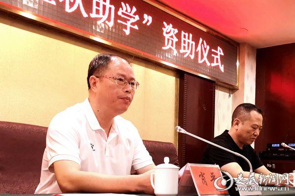 (冷水江市总工会党组书记肖平[左一]金秋助学讲话。)D_2188