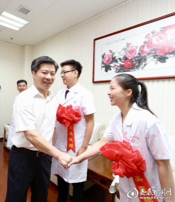 出席表彰大会前,李荐国首先接见了10名医师代表,与大家亲切握手