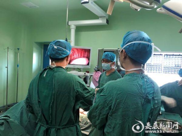 (新化县人民医院胸外组正在开展胸腔镜手术)