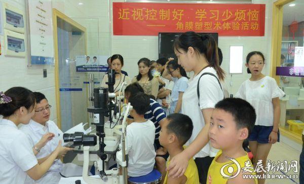 会后 验配角膜塑形镜的青少年排队等候检查
