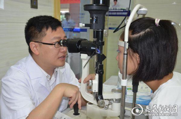 近视防控专家陈兆为现场参会孩子检查眼睛