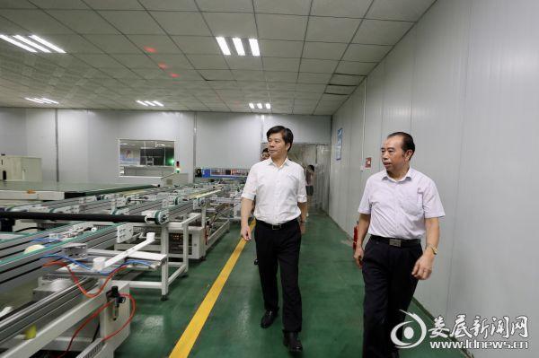 李荐国首先来到星珂环保公司,认真察看企业的生产车间,详细了解企业目前的生产经营情况