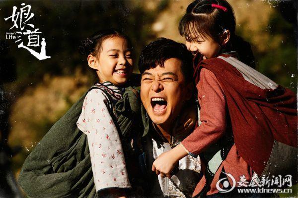 于毅抱两个女儿开怀大笑