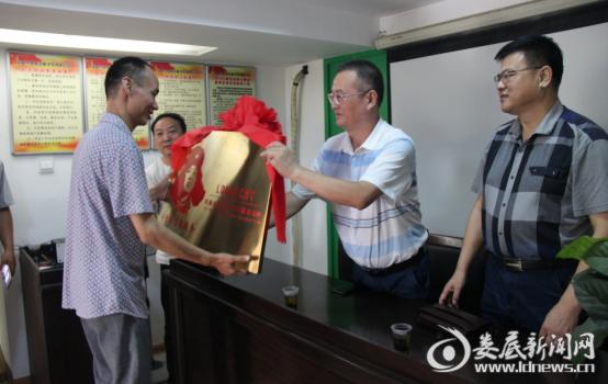 娄底市交通运输局党组成员、工会主席李永辉为凯旋出租车公司学雷志愿者服务车队授牌