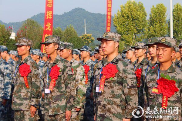 新兵胸戴红花、英姿勃发,满怀激情,即将奔赴祖国各地。