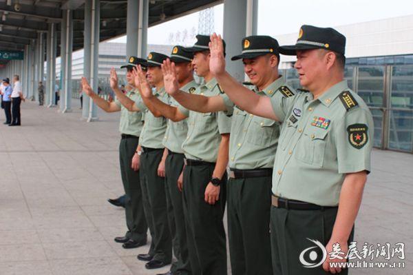 在高铁站台,娄底军分区副司令员周仁友与官兵干部挥手送别新兵。