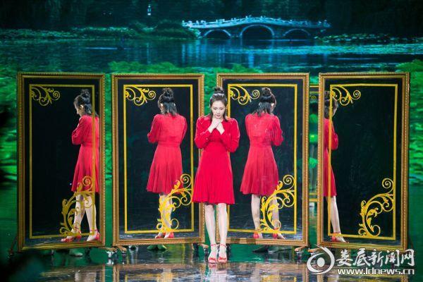 苗苗一身红裙登台