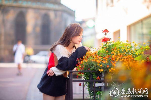 赵薇小镇街头邂逅花圃