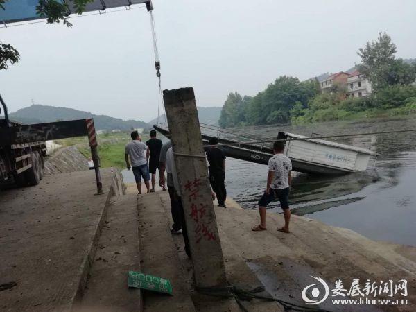工作人员正在吊离水源地保护区内船只