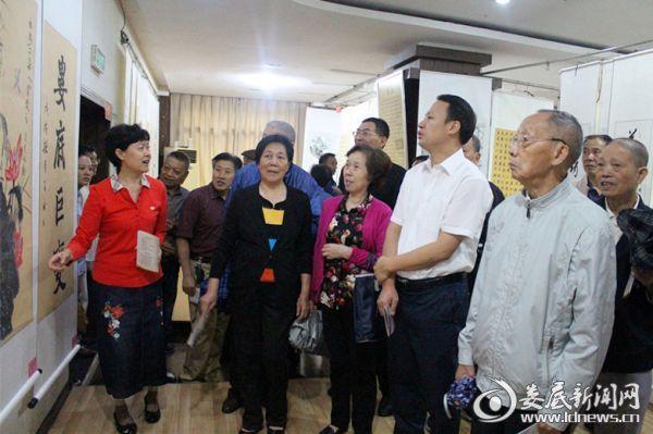 市委常委、组织部长尹华凯与老领导们(右-魏华政)一同观看书画作品
