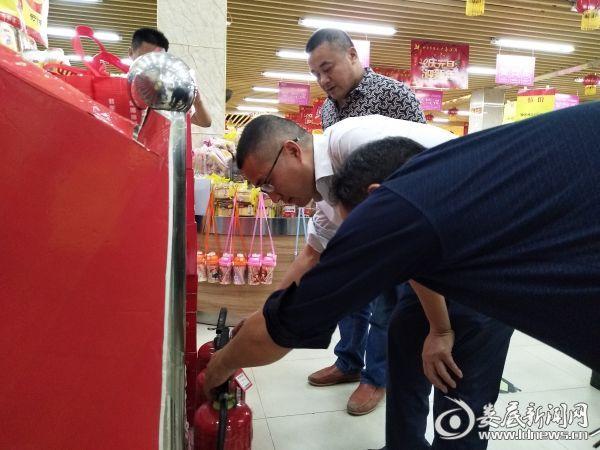 李国庆检查消防灭火器