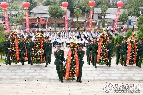 伴随着深情的《献花曲》,18名礼兵表情肃穆,迈着正步,护送花篮至革命烈士纪念碑前