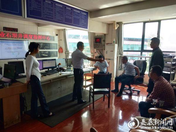 党委副书记、镇长肖志葵,副书记梁洪辉在石坝井检查安全生产工作