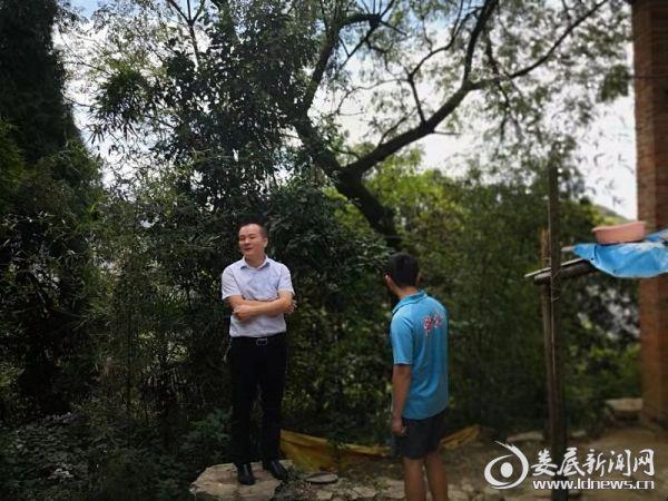 肖志葵在祖保村督查危房改造和住房安全巩固工作